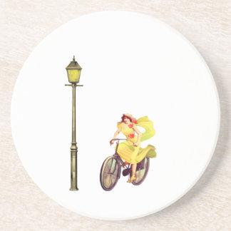 señora Riding Bike de los años 20 Posavasos Para Bebidas