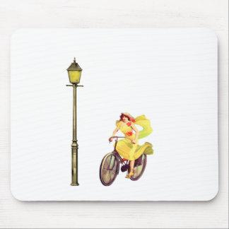 señora Riding Bike de los años 20 Alfombrillas De Ratón