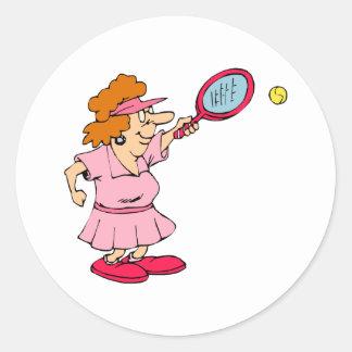 Señora rosada del tenis etiqueta redonda