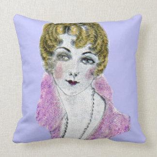 señora rubia bonita de los años 20 cojín