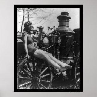 Señora Sitting del circo en un coche de bomberos 1 Poster