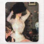 Señora Trying On un gorra Alfombrillas De Ratón