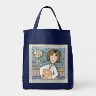 Señora Veterinarian con la bolsa de asas del gato