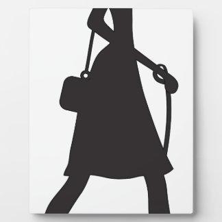 Señora Walking Puppy Silhouette Placa De Plastico