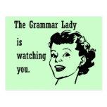 Señora Watching Postcards de la gramática Tarjeta Postal