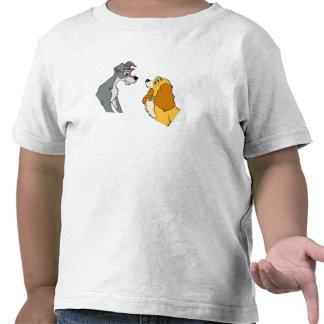 Señora y la señora y el vagabundo del vagabundo en camiseta