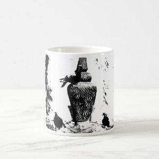 Señora y la taza de los pájaros