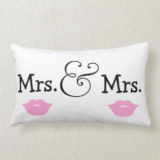 Señora y señora dos regalo de boda de los labios cojín