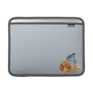 Señora y vagabundo en la basura fundas MacBook