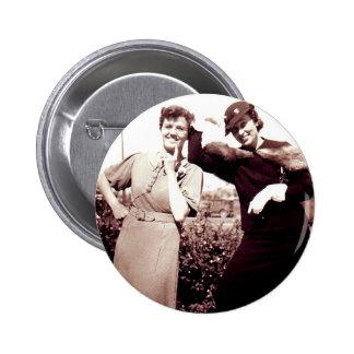 Señoras divertidas de la fotografía del vintage pin redondo de 2 pulgadas