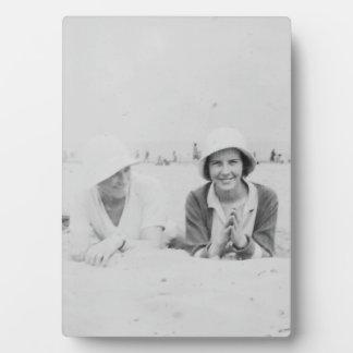 Señoras en vieja imagen de la playa - placa y caba