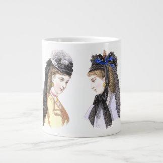 Señoras hermosas del Victorian en gorras de moda Taza Grande