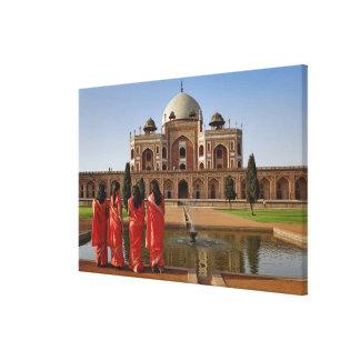 Señoras indias jovenes y la tumba de Humayun, Delh Lienzo Envuelto Para Galerías