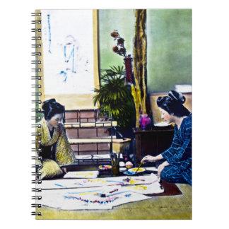 Señoras japonesas que pintan un kimono tradicional libro de apuntes con espiral