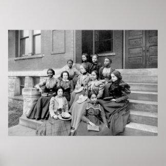 Señoras jovenes en Fisk, 1890s Póster