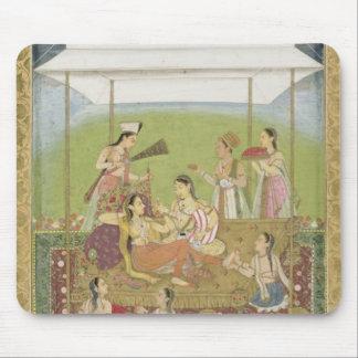 Señoras que escuchan la música en un jardín del S Tapetes De Raton