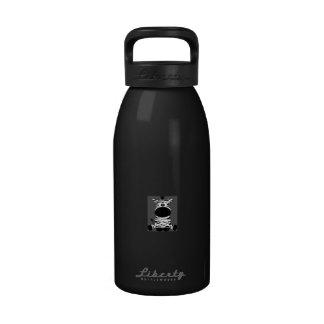 Sentada blanco y negro exhausta de la cebra del botella de agua