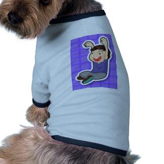 Sentada del muchacho camiseta con mangas para perro