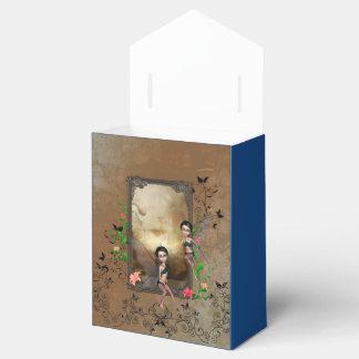 Sentada y vuelo lindos del duende en un marco caja para regalos