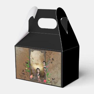 Sentada y vuelo lindos del duende en un marco caja para regalos de fiestas