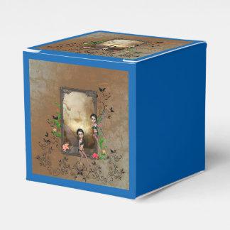 Sentada y vuelo lindos del duende en un marco cajas para regalos de boda