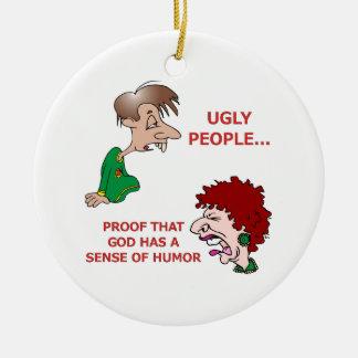 Sentido feo grosero pero divertido de dios de la adorno navideño redondo de cerámica