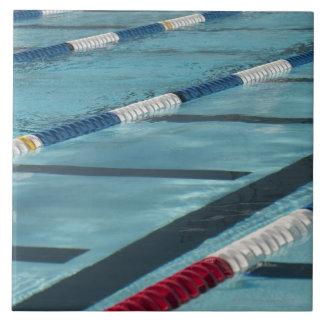 Separadores plásticos en crear de la piscina azulejos ceramicos