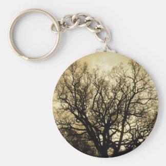 sepia del árbol y del cielo llavero redondo tipo pin