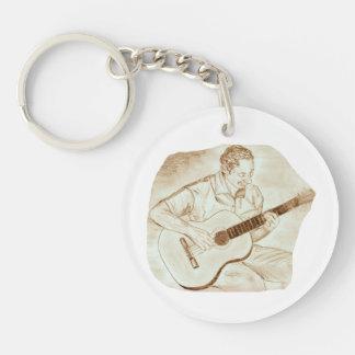 sepia que se sienta del jugador de la guitarra llavero redondo acrílico a doble cara