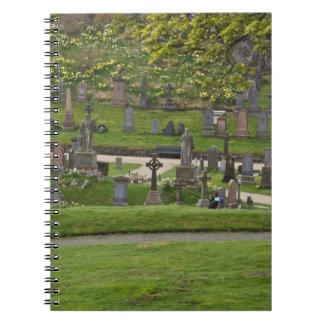 Sepulcros en el cementerio al lado del castillo es