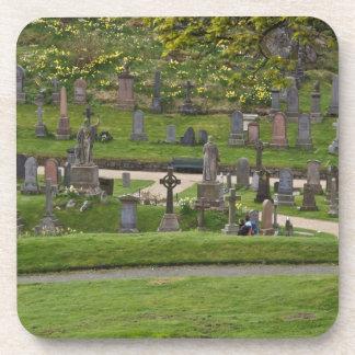 Sepulcros en el cementerio al lado del castillo es posavasos de bebidas
