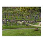 Sepulcros en el cementerio al lado del castillo postal