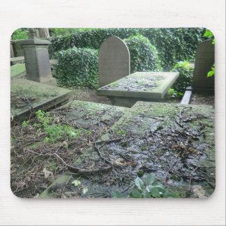 Sepulcros en el cementerio de Haworth en Yorkshire Tapete De Ratón