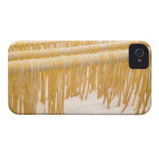 Sequedad recién hecha de las pastas en un estante carcasa para iPhone 4