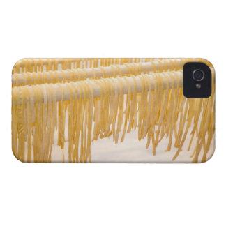 Sequedad recién hecha de las pastas en un estante funda para iPhone 4
