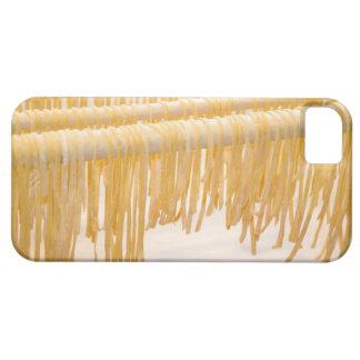 Sequedad recién hecha de las pastas en un estante funda para iPhone SE/5/5s
