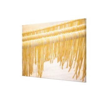 Sequedad recién hecha de las pastas en un estante  impresión en tela