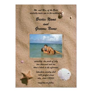 Serenidad de la playa con la invitación de la foto