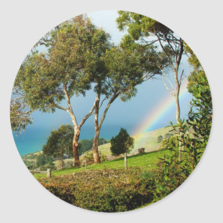 Serenidad rural del arco iris etiquetas redondas