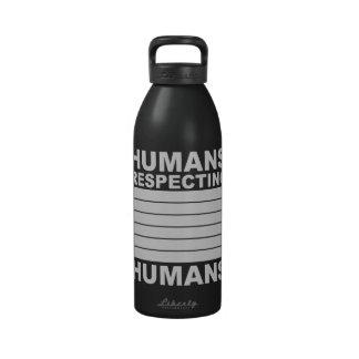 Seres humanos que respetan a seres humanos botella de agua reutilizable