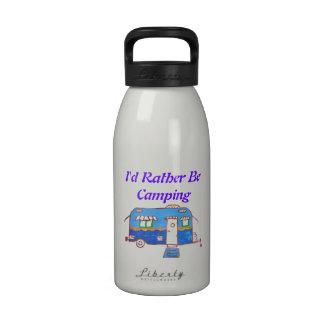 Sería bastante campista pintado que acampa botella de agua reutilizable