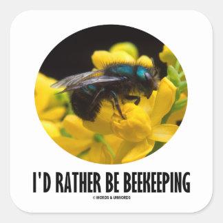 Sería bastante la apicultura (la abeja en la flor colcomania cuadrada