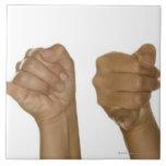 Serie de manos que hacen la muestra de J Teja Cerámica
