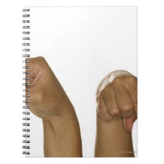 Serie de manos que hacen la muestra de Z Libreta Espiral