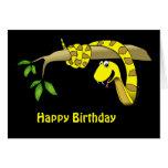 Serpiente amarilla en una tarjeta de cumpleaños de