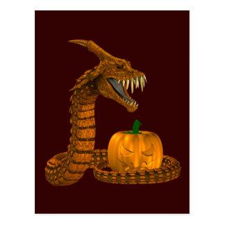 Serpiente asustadiza que protege una calabaza postal