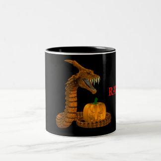Serpiente asustadiza que protege una calabaza taza de dos tonos