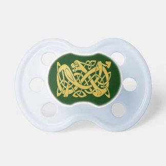 Serpiente céltica del oro en pacificador verde chupete