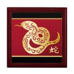 Serpiente china de oro adornada en negro y rojo caja de regalo