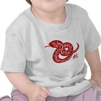 Serpiente china roja adornada camisetas